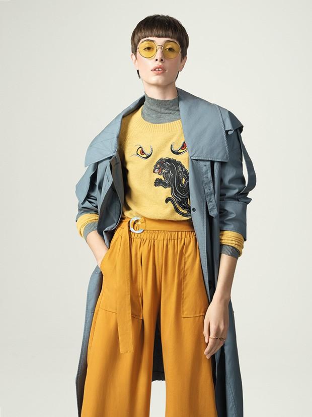 Trench coat Burberry, R$ 8.395. Tricô Bo.Bô, R$ 998, sobre tricô Seiki, R$ 140. Calça Renner, R$ 199. Óculos Ray-Ban, R$ 520. Anéis Romannel, de R$ 95 a R$ 648 (Foto: Gustavo Ipolito (MLAGES))