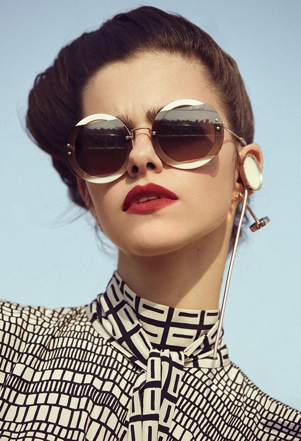 Vestido Valentino, R$ 20.200. Óculos Miu Miu, R$ 1.270. Brinco Eleonora Hsiung para Lenny Niemeyer, preço sob consulta (Foto: Rodrigo Bueno (SD MGMT))