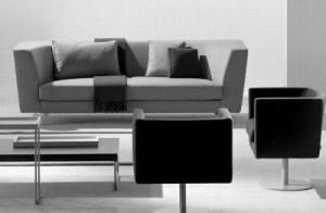 Серый диван и два черных кресла