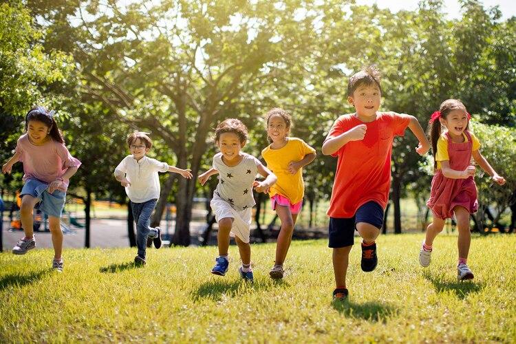 كيف يساعد الوقت بالخارج الأطفال