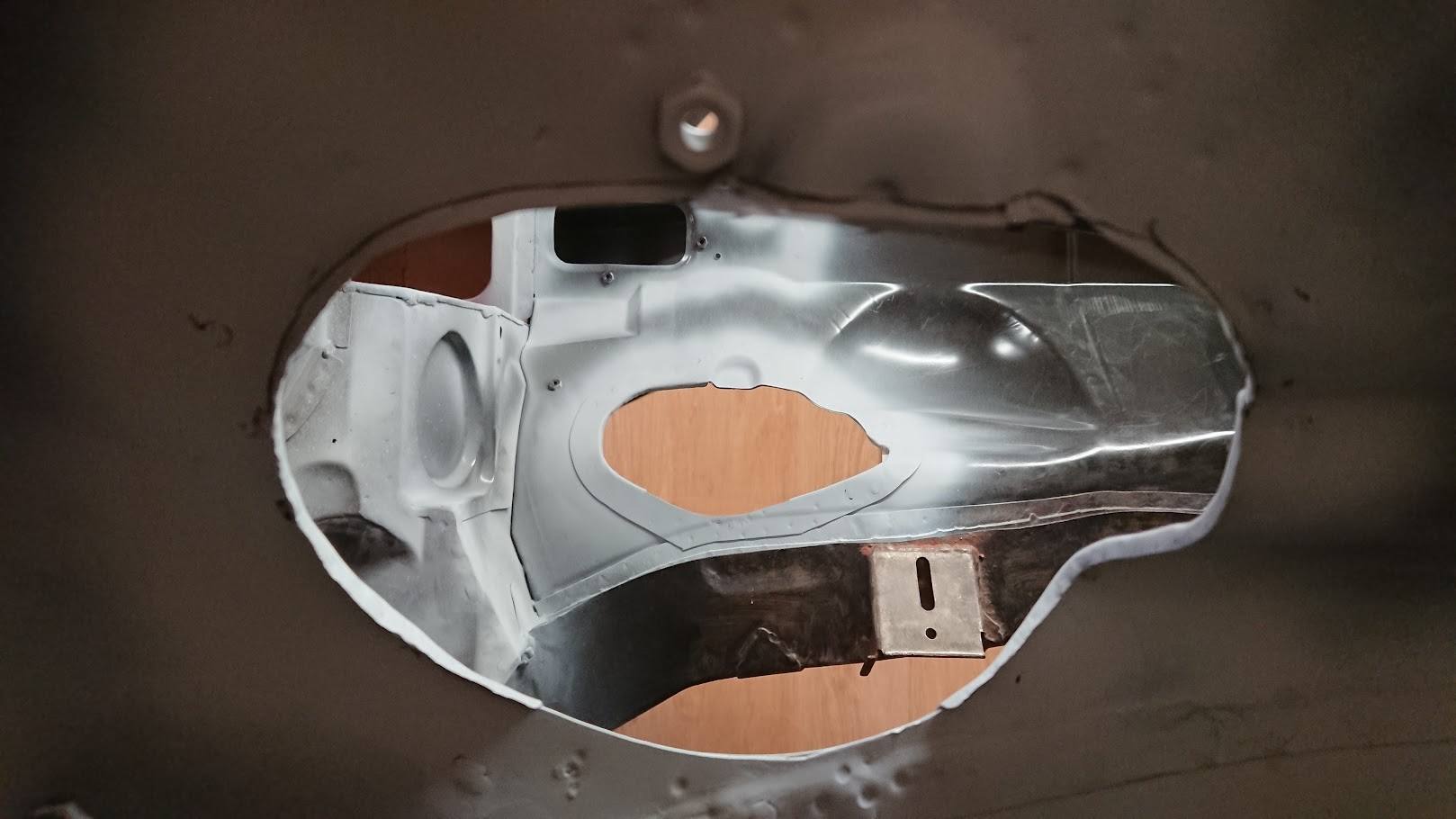 V8 exhaust manifold inner wing modifications