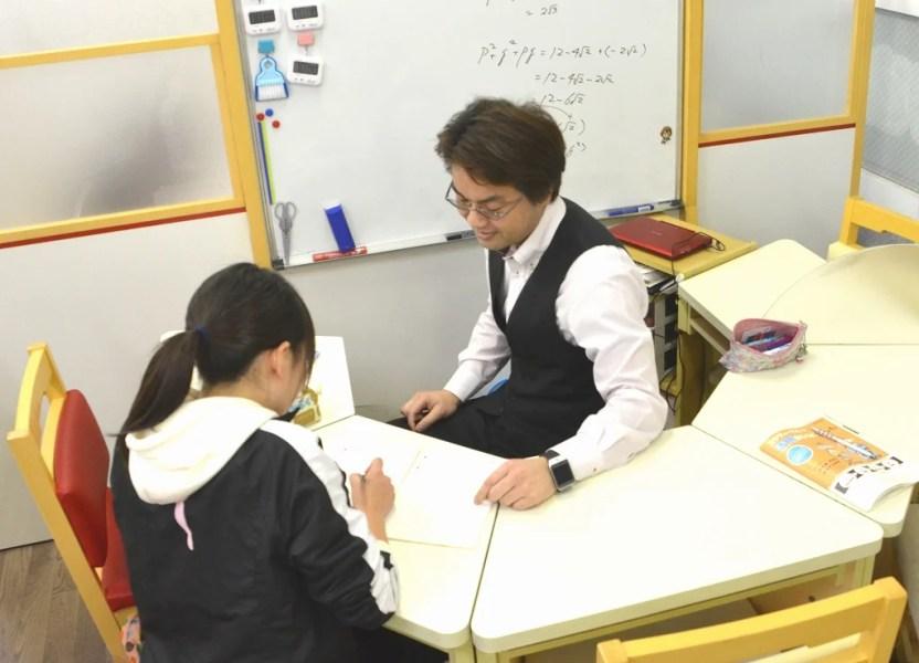 名学館 は、対面形式で教える集団個別指導です。