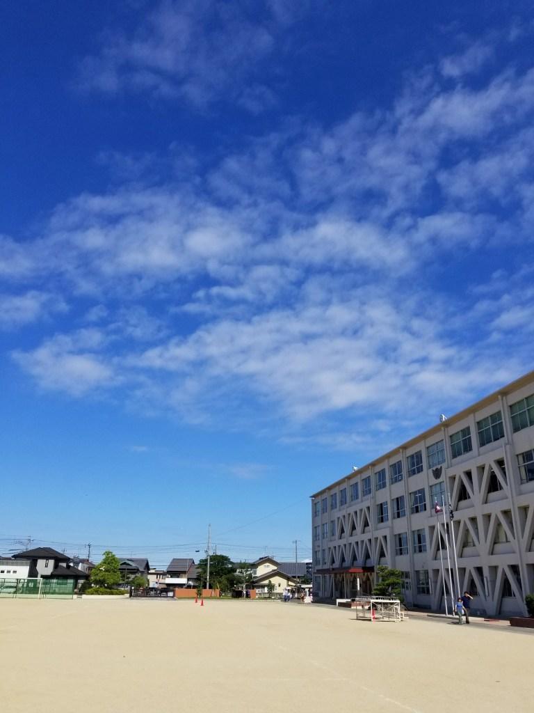五月晴れの小学校