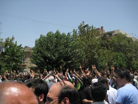 خیابان طالقانی، تقاطع قبل از میدان فلسطین، هنگام پخش اذان ظهر