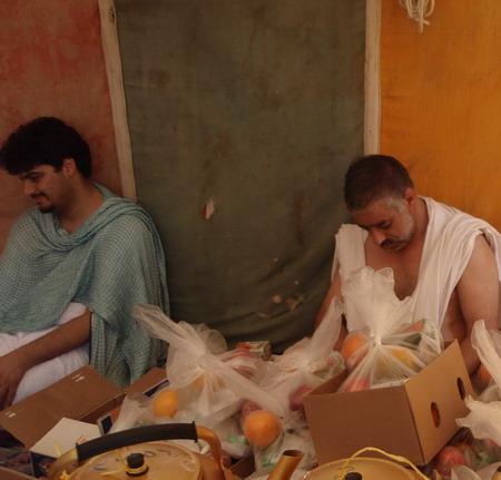 حاج یحیی و بنده در چادرهای عرفات، ظهر روز عرفه در حال تدارک برای حجاج