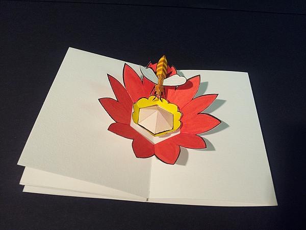 """Livre-anniversaire """"Apiculture"""",  pop-up 3, abeille et fleur, vue de profil"""