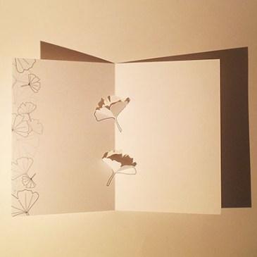 Carte kirigami Ginkgos avec frise dessinée, dessus