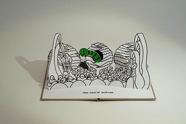 """Projet de livre pop-up """"Variation pour un loup et un jardin potager"""", page 3, vue de face avec gros plan sur le potager et ver dans un chou"""