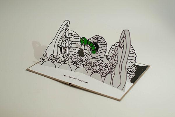 """Projet de livre pop-up """"Variation pour un loup et un jardin potager"""", page 3, vue de profil avec gros plan sur le potager et ver dans un chou"""