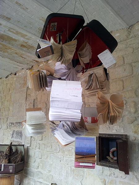 """Dealer – """"Dis-leur !"""" par André Lamourère, exposition """"Qu'est-ce qu'on trimballe, Valises d'artistes"""" – Cie L'Emporte Pièces."""