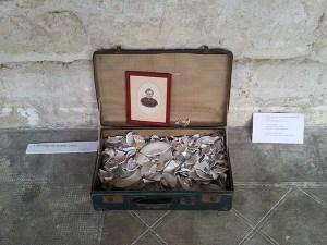 """L'héritage de grand mère par Leslie Sévenier, exposition """"Qu'est-ce qu'on trimballe, Valises d'artistes"""" – Cie L'Emporte Pièces."""