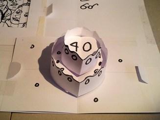 Carte d'anniversaire personnalisée en pop-up, maquette de travail. Gâteau d'anniversaire.