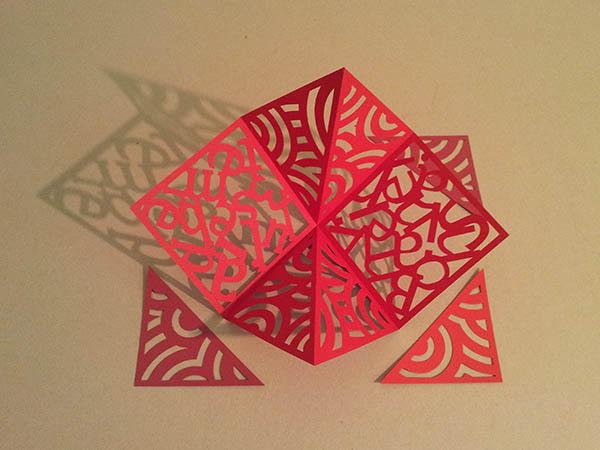 Pop-up carré d'anniversaire, nouveaux motifs avec cercles rouges. Carré en papier découpé avec triangles