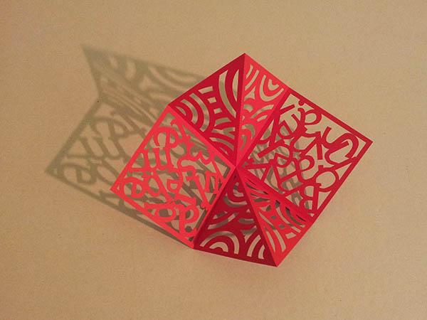 Pop-up carré d'anniversaire, nouveaux motifs avec cercles rouges. Carré en papier découpé seul