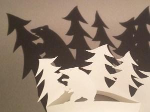 Décorations de Noël, motif ours et sapins, papier blanc, détail vue dessus