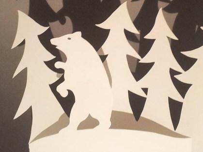 Décorations de Noël, motif ours et sapins, papier blanc, détail