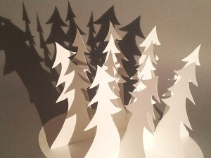 Décorations de Noël, motifs sapins penchés, papier blanc