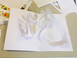 Maquette en blanc de carte avec spirales croisées
