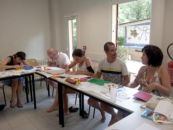 Travail en cours, découpage, collage avec concentration et échanges entre participants