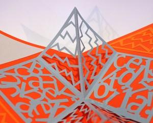 Carré plié d'anniversaire personnalisé, motifs zig-zag, fond orange. Détails des motifs