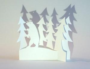 Carte de vœux en papier découpé motif Ours et sapins, vue pliée de face