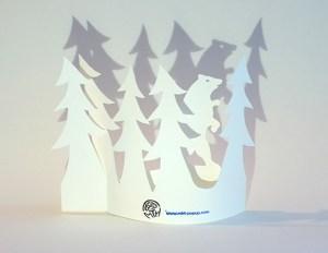 Carte de vœux en papier découpé motif Ours et sapins, vue pliée de dos