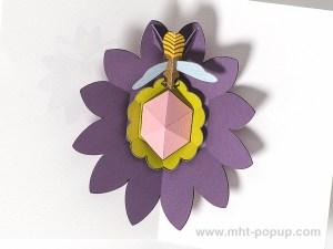 Carte pop-up Fleur avec abeille, violet, détail intérieur carte
