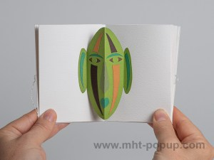 Prototype de livre-objet accordéon Masques pop-up, inspiration africain, vert