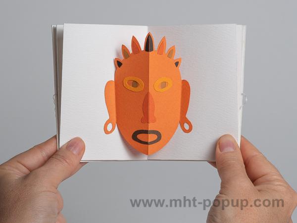 Prototype de livre-objet accordéon Masques pop-up, inspiration océanienne, orange