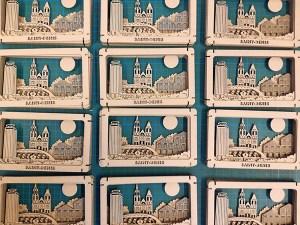 Diorama de Saint-Denis en carton brut. Assemblage des huit plaques.