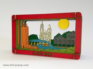 Diorama en couleur avec éléments du patrimoine de Saint-Denis (Basilique, canal, marché, tour Pleyel…), à monter soi-même. Vue de profil gauche