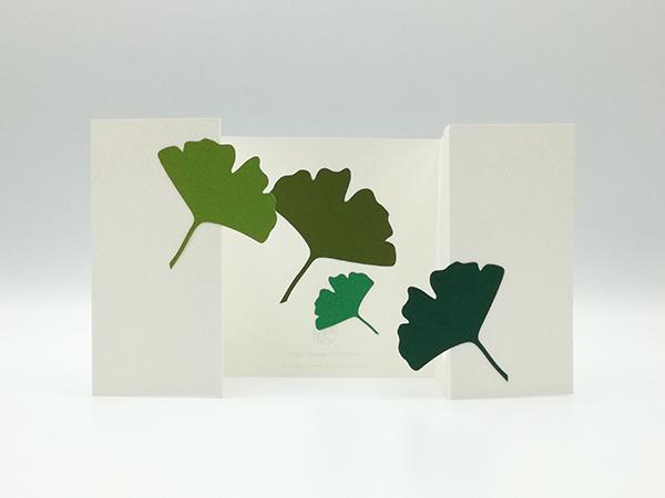 Carte à volets, motifs ginkgos en camaïeu vert, carte dépliée vue de face