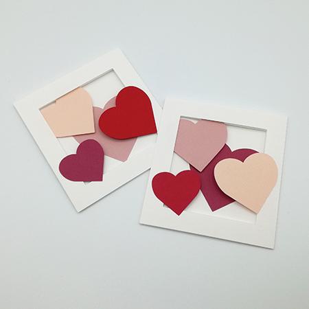 Carte avec pliage en accordéon, motifs cœurs rouges et roses, deux variantes de collage