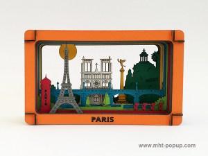 Diorama en couleur avec éléments du patrimoine de Paris (Tour Eiffel, Notre Dame, Tuileries, Bastille, Buttes Chaumont, Seine, colonne Morris), à monter soi-même. Vue de face