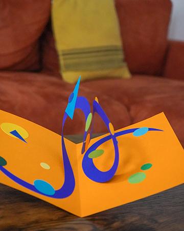 Carte Double spirale Jaune-Bleu mise en scène par Léa Lalonde, agence Boujou bien !