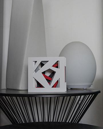 Livre tunnel Abstraction blanc mis en scène par Léa Lalonde, agence Boujou bien !