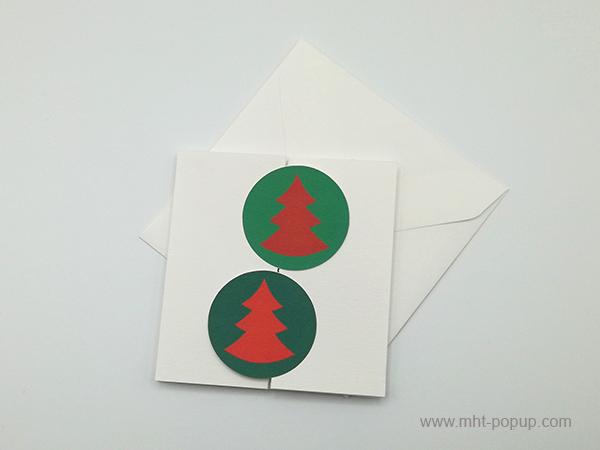 Carte de vœux à volets, vue de dessus carte fermée avec enveloppe, variante sapins rouges