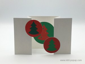Carte de vœux à volets, vue de face carte ouverte sapins verts sur fond rouge et motif central inversé variante 2