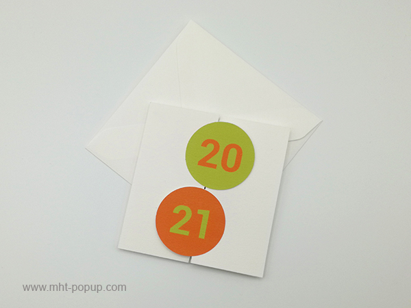 Carte de vœux à volets 2021, version orange-vert, vue dessus carte fermée avec enveloppe