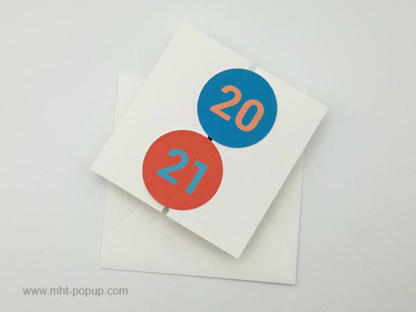 Carte de vœux à volets 2021, version rouge-bleu, vue dessus carte fermée avec enveloppe