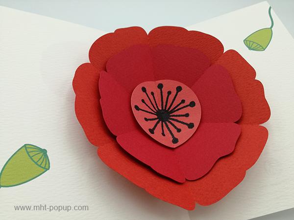 Carte pop-up Coquelicot rouge, vue détaillée de la carte ouverte et des motifs intérieurs