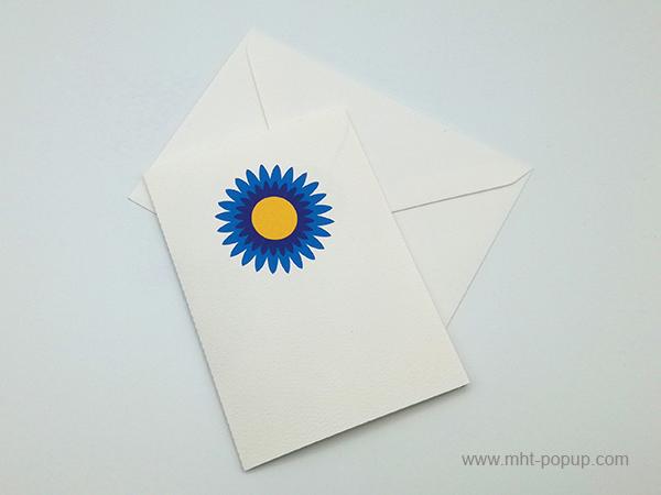 Carte pop-up Marguerite bleue, vue de dessus de la carte pliée avec enveloppe
