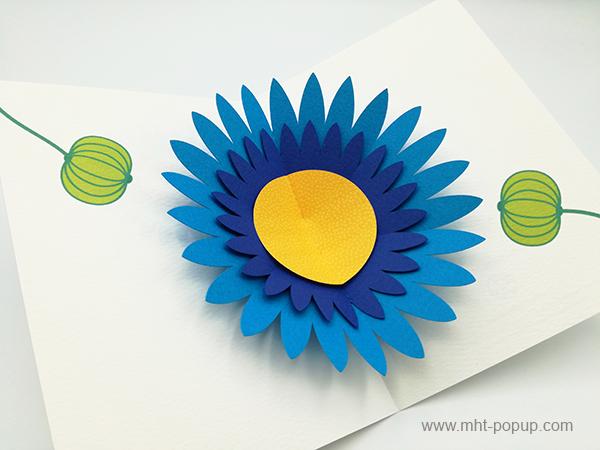 Carte pop-up Marguerite bleue, vue détaillée de la carte ouverte et des motifs intérieurs