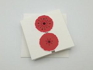 Carte à volets, motifs de fleurs de coquelicot rouge, vue de dessus carte fermée avec enveloppe