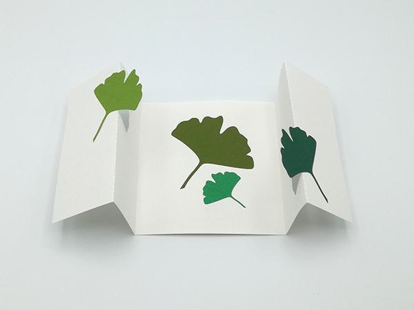 Carte à volets, motifs ginkgos en camaïeu vert, carte dépliée