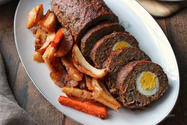 Meatloaf with hard-boiled eggs (Ρολό με κιμά και αβγά)