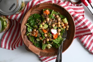 Mason jar salad with quinoa and chickpeas