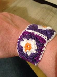Armband av mormorsrutor, fodrad med knapp på baksidan, 200 kr