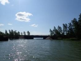 Sillan alta suojaisemmalle puolelle