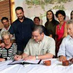 Gobernador firma orden ejecutiva que impulsa el Corredor Ecológico del Bosque Modelo